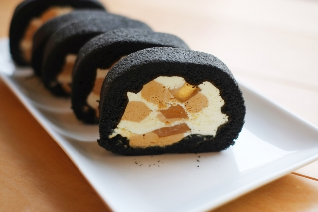 bamboo-charcoal-roll-cake