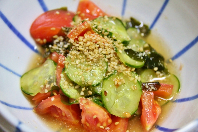 i-toss-the-salted-sea-tangle-of-the-cucumber-in-a-tomato
