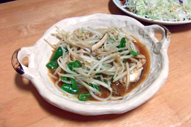 It is-oyster-source-roasting-of-a-shiitake-and-bean-sprouts