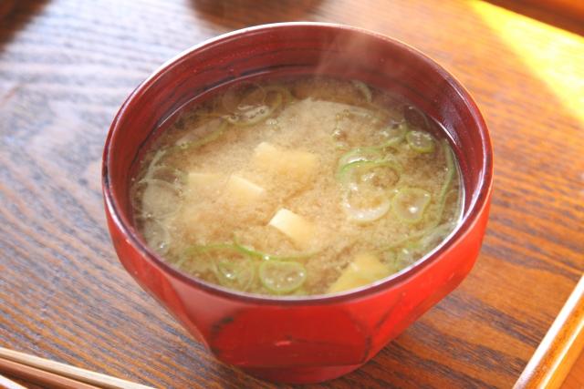 Miso-soup-of-a-potato-and-the-onion