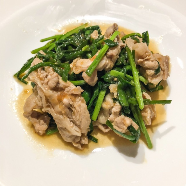 It-is-Chinese-chives-and-oyster-source-roasting-of-the-pork